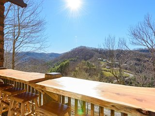 4BR Valle Crucis Log Cabin in a Gated Community with Mountain Views, Game Room