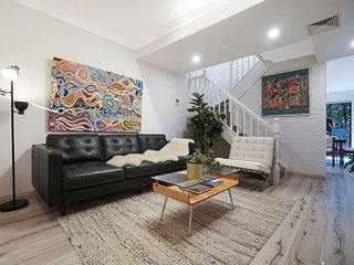 Cosy Designer 2 Bed Home (Direct train to Sydney CBD)