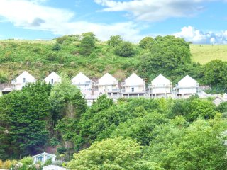 LLYGAID YR HAUL ground floor apartment, sea views, hot tub, sauna, Jacuzzi bath,