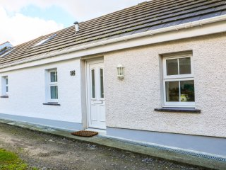TYN Y GIAT, bungalow, decked area, two bedrooms, parking, in Brynsiencyn, Ref 96