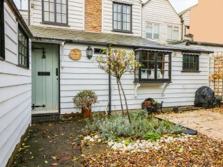 SWANFIELD COTTAGE, exposed wooden beams, in Whitstable, amenities walking distan