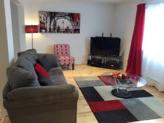 LA MAISON DU BONHEUR A MONTREAL / 8 to 16 PEOPLE / WIFI  /  NETFLIX / PARKING