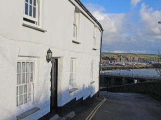 THE SLIPWAY, ground floor apartment, en-suite, pet-friendly, romantic retreat