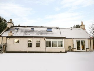 NEWLANDS, family accommodation, woodburning stove, lovely views, near golf in Ar