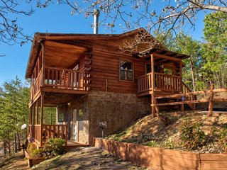 Tasteful, secluded cabin w/ private hot tub, game room & picturesque views