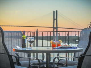 Stay with Lucky Savannah: Amazing Loft w/ parking and deck above River Street