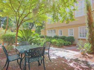 Stay with Lucky Savannah: Garden home on Jones Street across from Clary's!