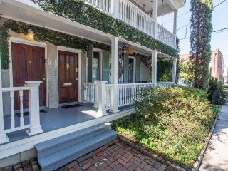 Stay with Lucky Savannah: 2 bedrooms plus private living area with murphy bed