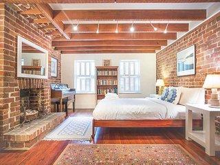Stay with Lucky Savannah: Beautiful garden apartment on Calhoun Square