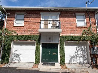 Stay with Lucky Savannah: Updated carriage home in heart of Historic District