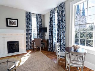 Stay with Lucky Savannah: One bedroom with a cathedral view on Liberty Street