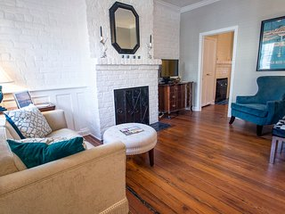 Stay with Lucky Savannah: Cottage on Congress w/ private parking & courtyard