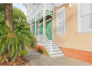 Stay with Lucky Savannah: Tasteful two bedroom on historic Warren Square
