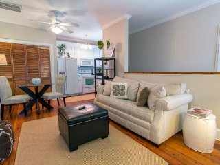 Stay with Lucky Savannah: Carriage house with parking 1 block to River Street