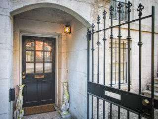 Stay with Lucky Savannah: Updated garden apartment in the heart of downtown