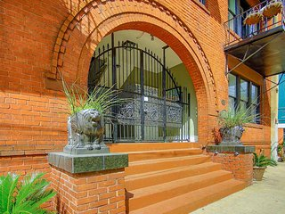 Stay with Lucky Savannah: Beautiful, centrally located, updated apartment