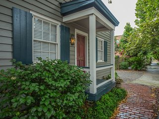 Stay with Lucky Savannah: Historic Cottage on Tattnall Street with Parking
