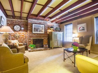 Stay with Lucky Savannah: Parking, courtyard, and King bed on Troup Square