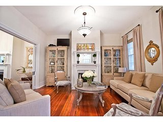 Stay with Lucky Savannah: Large historic home perfect for a family gathering
