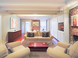 Stay with Lucky Savannah: Luxurious Garden Apartment on lovely Troup Square
