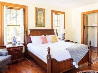 Stay with Lucky Savannah: Bird Baldwin House with private parking & King bed