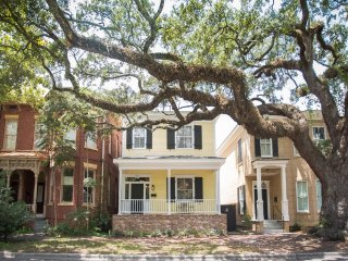 Stay with Lucky Savannah: Historic 3 Bedroom Home on Oak Shaded Tattnall St.