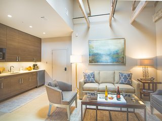 Stay with Lucky Savannah: Modern, bright, newly renovated downtown loft