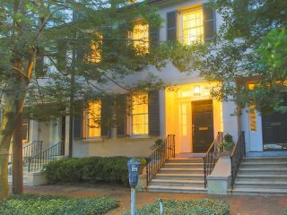 Stay with Lucky Savannah: Luxury 3-Story Townhome on Historic Tattnall Street