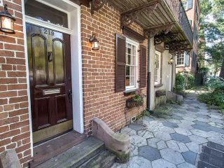 Stay with Lucky Savannah: Garden level steps from shops and restaurants