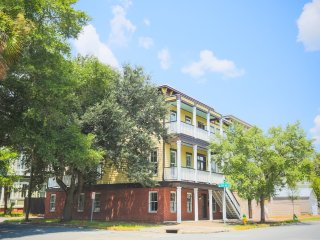 Stay with Lucky Savannah: Beautiful 3-story home 1 block from Forsyth Park