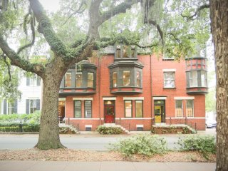 Stay with Lucky Savannah: Well Appointed Row Home Looking Out On Forsyth Park
