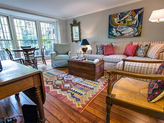 Stay with Lucky Savannah: Charming house off of Calhoun Square with courtyard