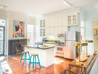 Stay with Lucky Savannah: 2 bedroom renovated loft above downtown art gallery