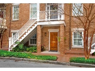 Stay with Lucky Savannah: Large 1 bedroom garden home with an updated kitchen