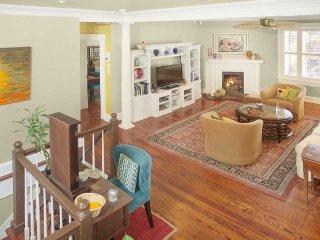 Stay with Lucky Savannah: Bright 2 bedroom with balcony near Forsyth Park