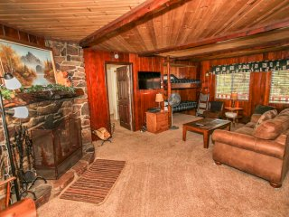 ~Snuggle Down Cottage~Walk To Lake Vintage Cabin~Great Deck / BBQ~