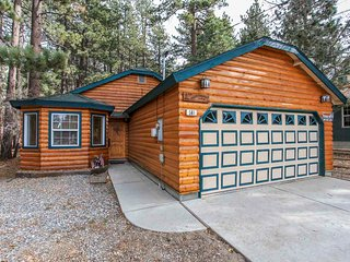 ~Comfy Cabin~Single Story Log Retreat~Hot Tub~Amazing Secluded Back Deck~