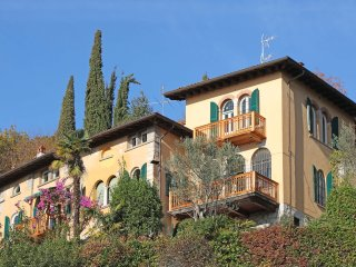 Historic Villa with Splendid Lake views, private park, AC, close to the beach