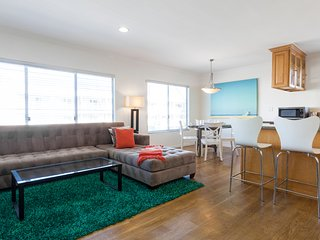 Amazing 2br with partial ocean view near w/parking and near the Promenade.