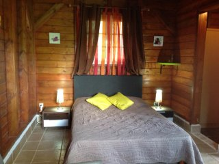 Gite independant en bois situe a la campagne, a 10mn de la plage de Sainte-Anne,