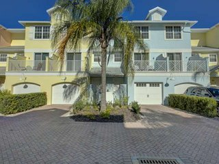 Walk to Crescent Beach, Wifi, Dog Friendly, Pool, Large Townhouse, Private