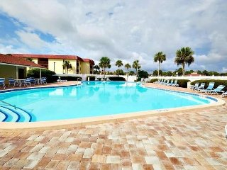 Family Friendly and Only Steps to the Beach, 2 Bedroom Condo, Hot Tub, Pool