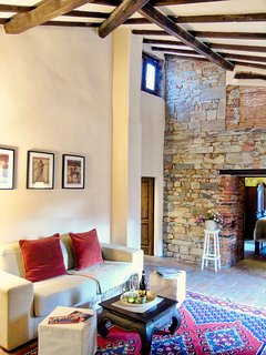Living with history! Cozy living, 12th Century stone walls of an ancient tower!