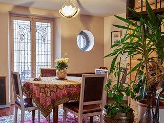 Espace repas et porte du balcon. Appartement Mogador Honfleur