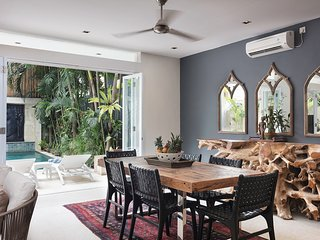 Relaxed dining leading out to the tropical garden and pool.