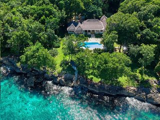 WATERFRONT! FULLY STAFFED! POOL! Eight Rivers - Ocho Rios 4BR