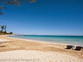 Walk to Beach Beach! Pool! Cook and Housekeeping! Blue Waters