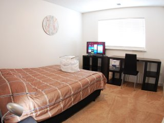 Top floor bedroom,  private bath, closet, TV, WiFi,  Chapel Hill, NC (Room #2)