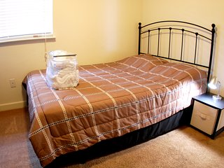Top floor bedroom,  private bath, closet, TV, WiFi,  Chapel Hill, NC (Room #3)