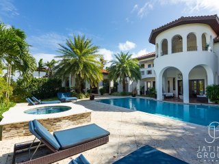 Huge 10BR Villa, Waterfront, Amazing must seen!